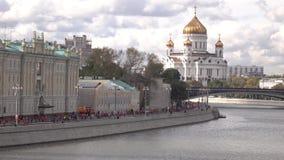 Åtskilliga maratonlöpare och rysk gränsmärkeMoskvadomkyrka av Kristus frälsaren Arkivbild