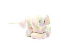 Åtskilliga marshmallower på en pinne Royaltyfri Bild
