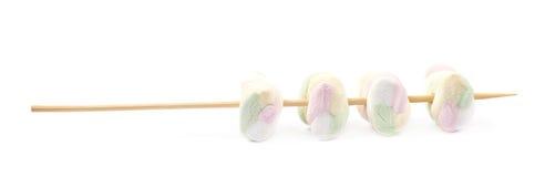 Åtskilliga marshmallower på en pinne Arkivfoto