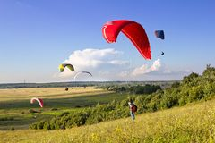 Åtskilliga paragliders soar i luften royaltyfri foto