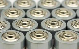 Åtskilliga rader av stående motorförbundetbatterier Arkivbild