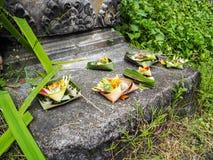 Åtskilliga ris- och blommaofferings som göras ut ur palmblad på th Arkivbilder