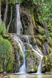Åtskilliga silkeslena vattenströmmar av vattenfallet Bigar royaltyfria bilder