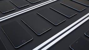 Åtskilliga smartphones som är rörande på transportbanden Högteknologisk mobiltelefonproduktionslinje Royaltyfri Fotografi