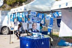 Åtskilliga stående av Benjamin Netanyahu på röstningstationen i Je Arkivbild