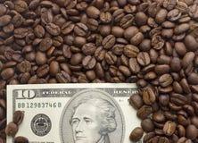 Åtskilliga US dollar Bakgrund av dollar med kaffe Arkivbilder