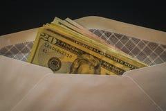Åtskilliga US dollar i det vita säkerhetskuvertet Royaltyfria Bilder
