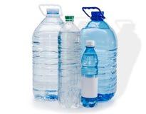 Åtskilliga vattenflaskor Arkivbilder