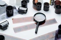 Åtskilligt filmer, photonegatives och förstoringsglas royaltyfria foton