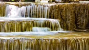 Åtskilligt lager för vattenfall i tropisk djungel arkivfoton