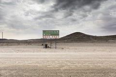 Åtskilligt vägmärke i Namibia - HENTIS-FJÄRD - SUIS - Windhoek - D arkivfoto