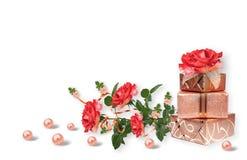 Åtskilligt valuesHoliday kort med den gåvaaskar, pärlor och buketten av härliga röda rosor på vit isolerad bakgrund fotografering för bildbyråer