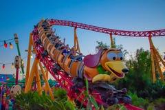 Åtsmitande hundstreckrollercoaster i Toystory land på Hollywood studior i Walt Disney World 2 royaltyfri fotografi