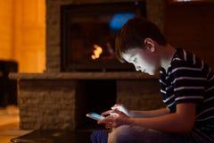 Åtta år gammalt pojkebarn som använder den digitala minnestavlan Arkivbild