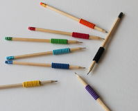 Åtta blyertspennor på vit bakgrund med kulöra blyertspennor Arkivfoton