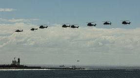 Åtta helikoptrar i bildande över ett skepp Royaltyfria Foton