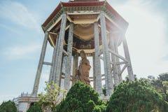 Åttahörnig paviljong över den 99 foten 30 meter högväxt bronsGuanyin staty på Kek Lok Si Temple på George Town Panang Malaysia Arkivbild