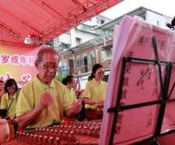 Åttioåringen av den macau taoistorkesteren utför taoistmusik Royaltyfria Foton