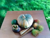恰好被安排的水果和蔬菜在桌上 免版税库存图片
