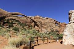 恶魔从事园艺,Canyonlands NP,美国 风景曲拱舒展一不大可能的306英尺(;93个meters); 免版税库存图片
