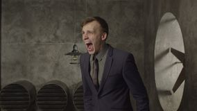 恼怒的商人大声尖叫在绝望 股票录像