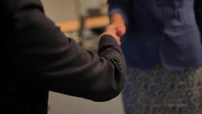 握手的两名愉快的年轻女实业家 股票视频