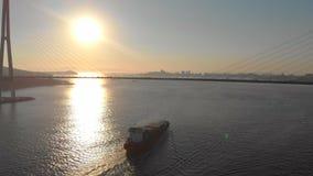 搬入口岸的一只大集装箱船的空中射击通过有一大索桥的海峡在它 影视素材