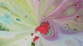 搽粉与色的污点的油漆在水 色的粉末用化工多彩多姿的解答移动液体表面上  股票视频