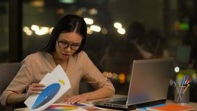搜寻在调色板的女性设计师颜色,疏忽在平时结束时 股票视频