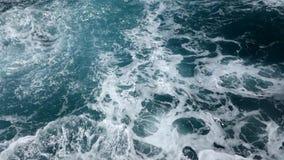 搅动的海洋水和飞溅波浪 股票视频