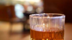 杯子的行动与蒸汽的热的饮料 股票录像