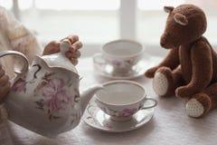 杯子用咖啡和空的瓶子在一块肮脏的窗口基石 免版税库存照片