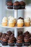 杯形蛋糕金字塔在盛肉盘的 免版税库存照片