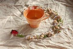 杯在亚麻制背景的oolong茶 免版税库存图片