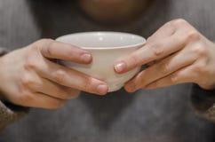 杯红色茶在手上 图库摄影