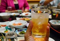 杯苹果果汁用兰姆酒 免版税库存照片