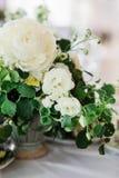 板材、刀子和叉子装饰的婚礼桌 库存照片
