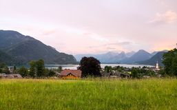 村庄的日落视图湖边的 库存图片