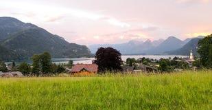 村庄的日落视图湖边的 免版税库存图片