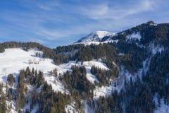 村庄鸟瞰图在一座山顶部的在阿尔卑斯 库存照片