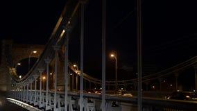 桥梁城市在与走人和自行车的汽车的晚上 股票录像