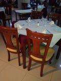 桌和木椅子在餐馆和旅馆 库存照片
