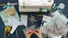 桌面裁缝,设计师女用贴身内衣裤,顶视图,蓝色背景 股票视频
