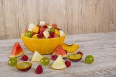 桃子,西瓜,瓜,莓,李子,葡萄,在瓜色拉盘的切成小方块的谎言 图库摄影