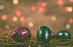 桃红色/蓝色复活节彩蛋与Bokeh 免版税库存照片