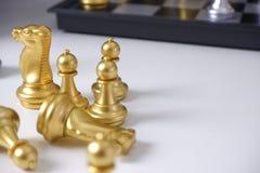 棋盘,打在白色桌上的下棋比赛;对经营战略,领导和管理概念 库存图片