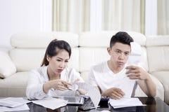 检查他们的高费用的被注重的夫妇 免版税库存图片