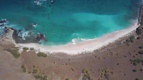 概略勘测与海滩小条的惊人的使荒凉的海景与桃红色沙子,天蓝色的热带海洋的 股票视频