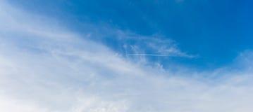 横跨天空的一串飞机足迹 库存照片