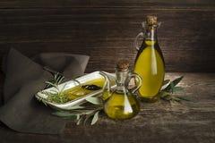 橄榄油瓶用草本 免版税库存照片